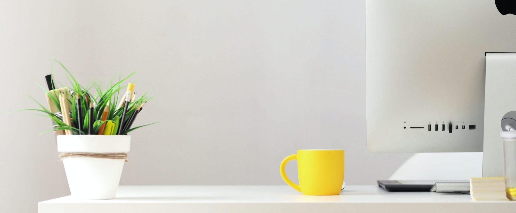 íróasztal sárga bögrével